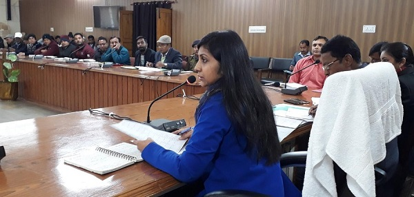 डीएम भदौरिया ने दिए बैठक में गैरहाजिर रेंज ऑफिसर के वेतन रोकने के आदेश