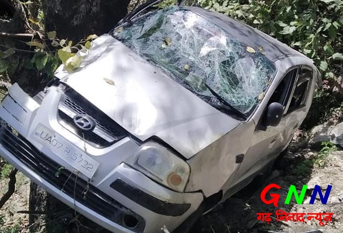 स्वास्थ्य कर्मी की कार खाई में गिरी, घायलों को पहुंचाया एम्स