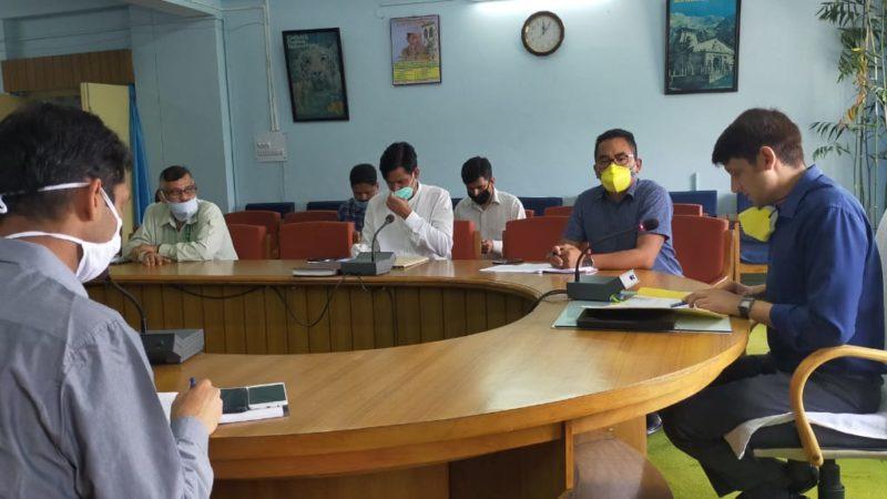 डीएम ने हरेला की बैठक में गैरहाजिर अधिकारियों को दी प्रथम और अंतिम चेतावनी