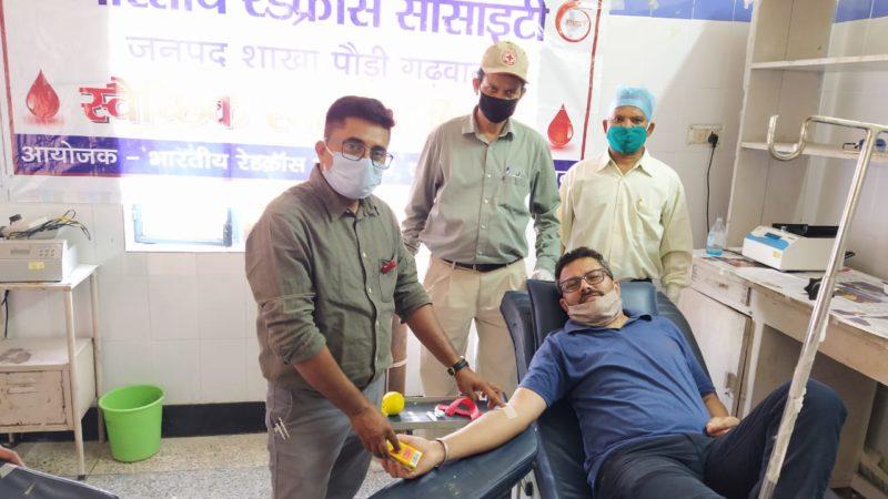 विश्व रक्तदाता दिवस पर किया रक्तदान
