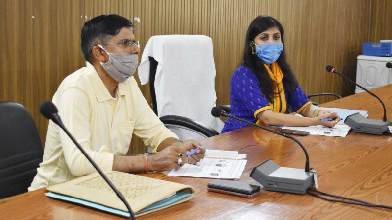 डीएम स्वाति भदौरिया ने कृषि से संबंधित विभागों की समीक्षा की, कहा प्रवासियों को दें रोजगार