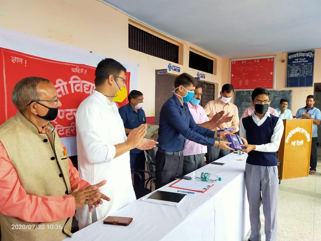 छात्रों को संस्कार परख शिक्षा देने में सरस्वती विद्या मंदिरों का कार्य सराहनीय-डीएम