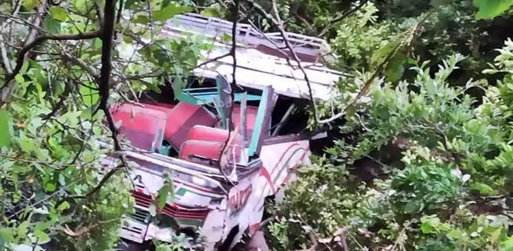 सिरमौर में निजी बस खाई में गिरी, ड्राइवर की मौत, 2 घायल