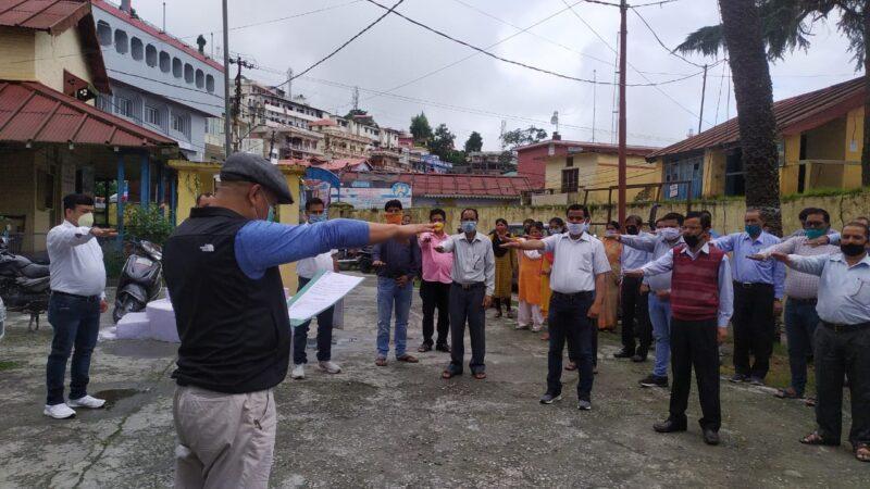 डीएम धीराज सिंह गर्ब्याल ने अधिकारी एवं कर्मचारियों को सद्भावना दिवस पर दिलाई शपथ