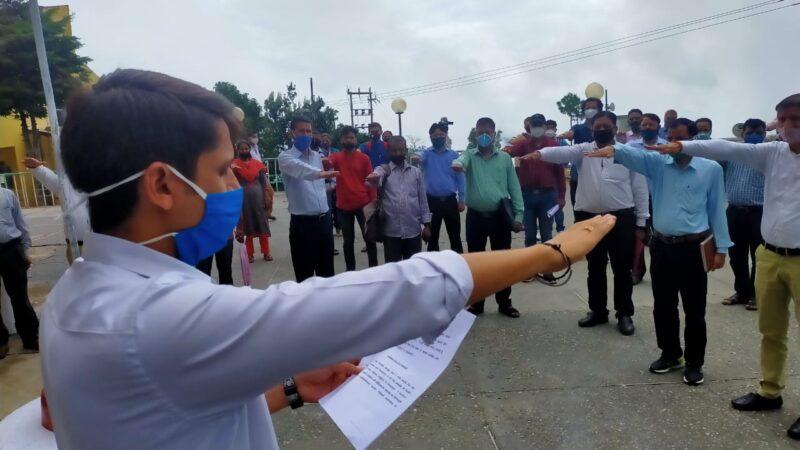 डीएम मंगेश घिल्डियाल ने अधिकारी एवं कर्मचारियों को सद्भावना दिवस पर दिलाई शपथ