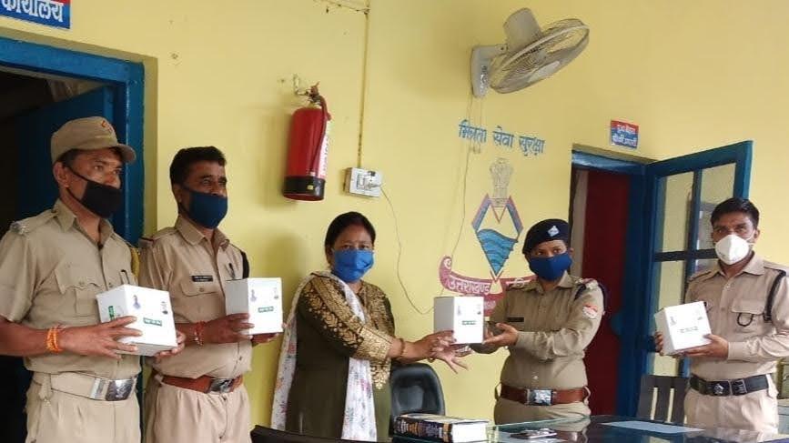 पीपलकोटी क्षेत्र में आयुर्वेदिक चिकित्सालय  मायापुर ने बांटी आयुष किट
