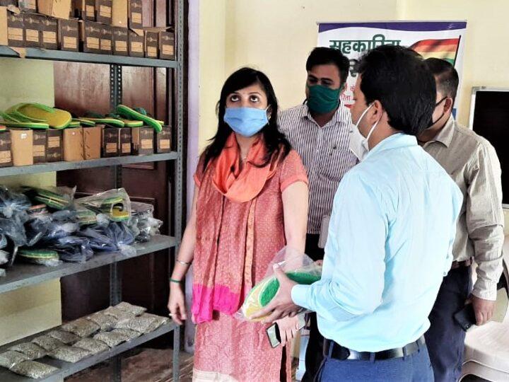 डीएम स्वाति भदौरिया ने आजीविका परियोजना के तहत संचालित यूनिटों का किया निरीक्षण