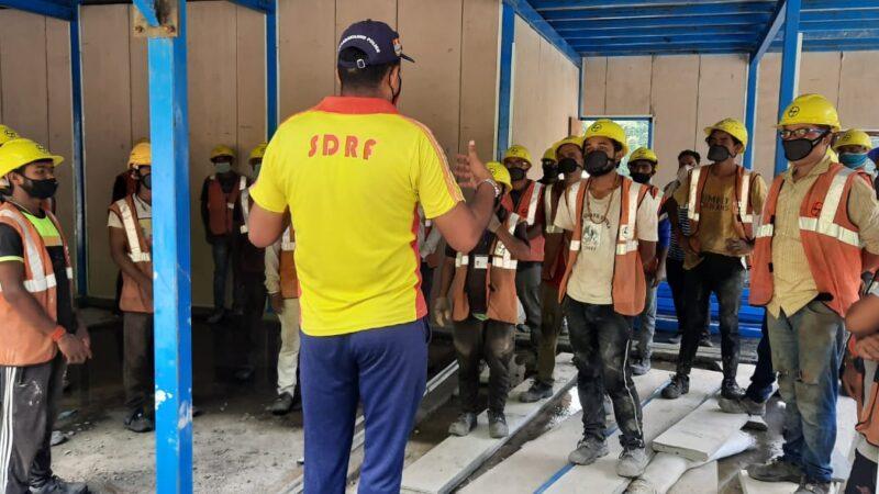 SDRF ढालवाला ने शिवपुरी में एलएनटी कर्मियों व स्थानीय लोगों को दी कोविड से बचने की जानकारी