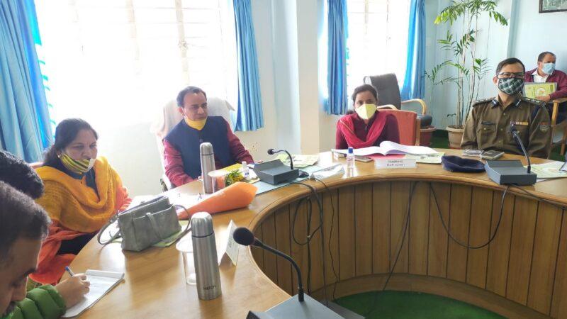 प्रभारी मंत्री डॉ धन सिंह रावत ने की जिला योजना की समीक्षा