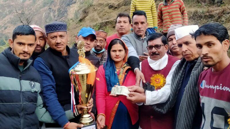 तेंदुली टाइगर्स चैलेंज कप क्रिकेट टूर्नामेंट में सुरेंडा एकादश ने कब्जाई ट्राफी