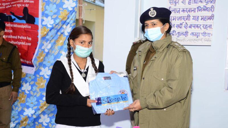 एसएसपी टिहरी का थत्यूड में जन संवाद, मेधावी छात्राओं को भी किया सम्मानित