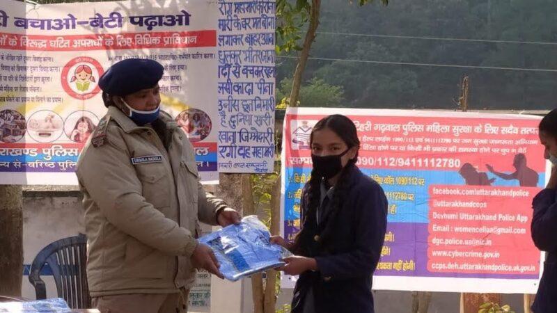 टिहरी पुलिस ने मेधावी छात्राओं को किया सम्मानित
