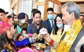 तीरथ ने बच्चों संग मनाया फूलदेई पर्व, प्रदेशवासियों को दीं शुभकामनाएं