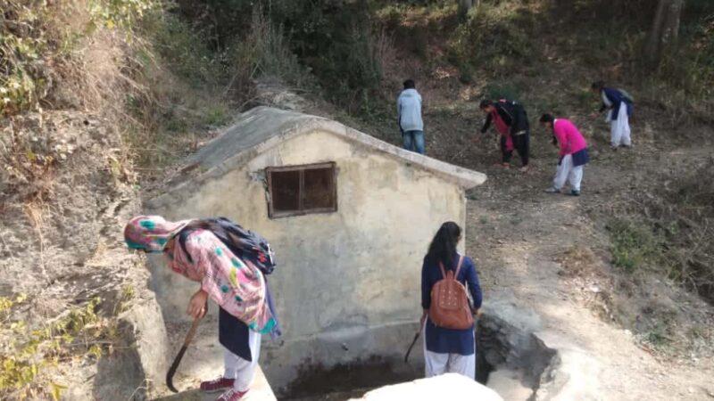 एनएसएस शिविर के चौथे दिन जल श्रोतों व सार्वजनिक स्थानों में चलाया सफ़ाई अभियान
