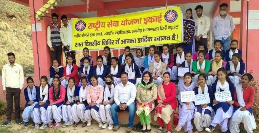एनएसएस स्वयंसेवियों ने मालचंद देवता मंदिर परिसर में चलाया स्वच्छता अभियान
