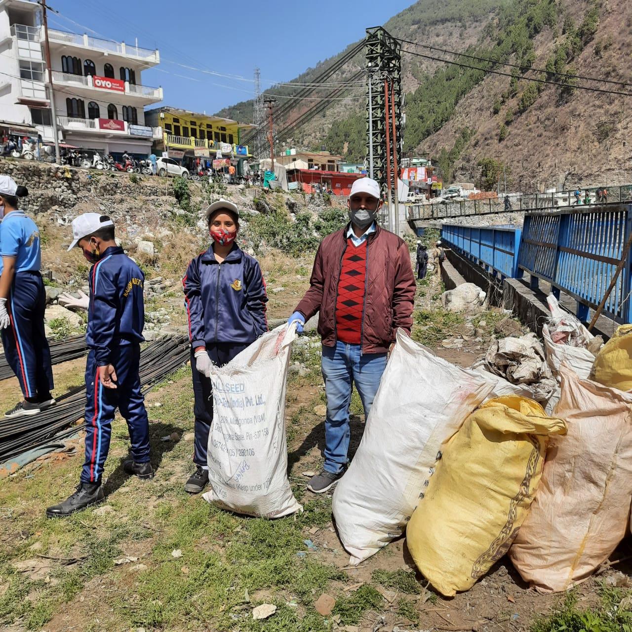 जोशियाड़ा टैक्सी स्टैंड गंगा नदी किनारे चलाया स्वच्छता अभियान