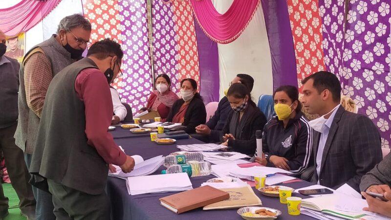 देवरी क्यूआरटी शिविर में जन समस्याओं को सुनते डीएम इवा आशीष श्रीवास्तव
