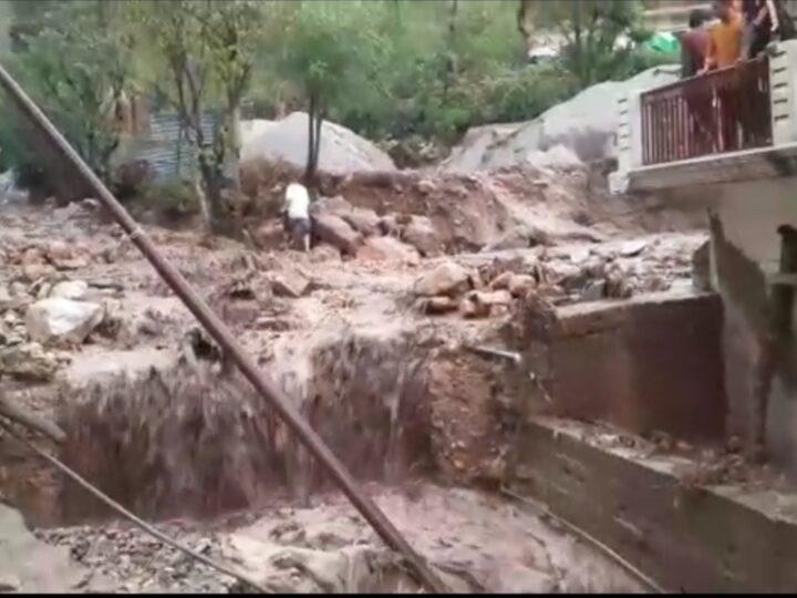 चिन्यालीसौड़ क्षेत्र में बादल फटने से खेतों को नुकसान,3 मवेशी दबे, प्रशासन की टीम मौके पर
