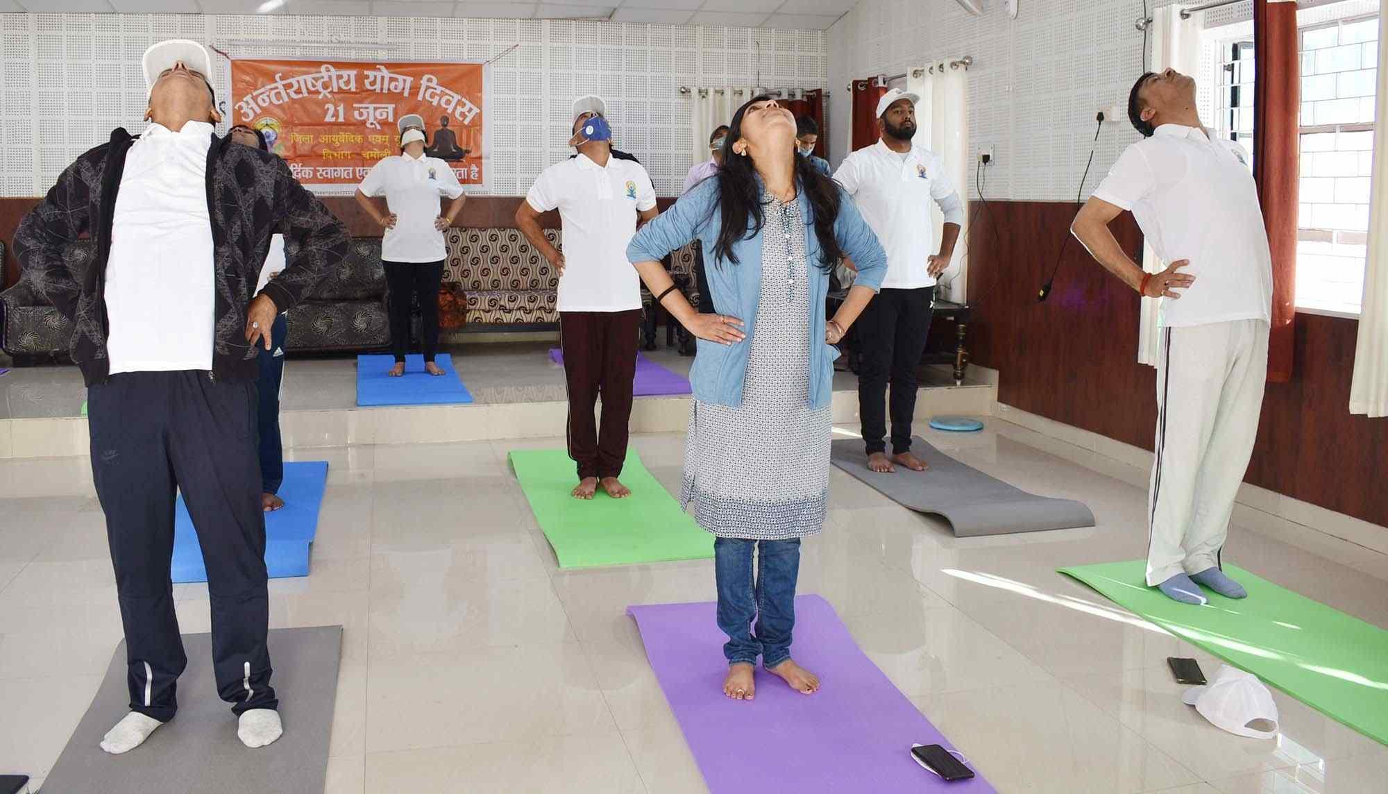 डीएम चमोली स्वाति भदौरिया के नेतृत्व में अधिकारियों ने किया योगाभ्यास