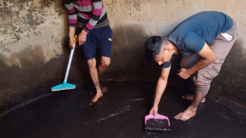 जौनपुर के युवाओं ने उठाया पानी के टैंकों की साफ सफाई का बीड़ा, अबतक 35 टैंकों की कर चुके सफ़ाई