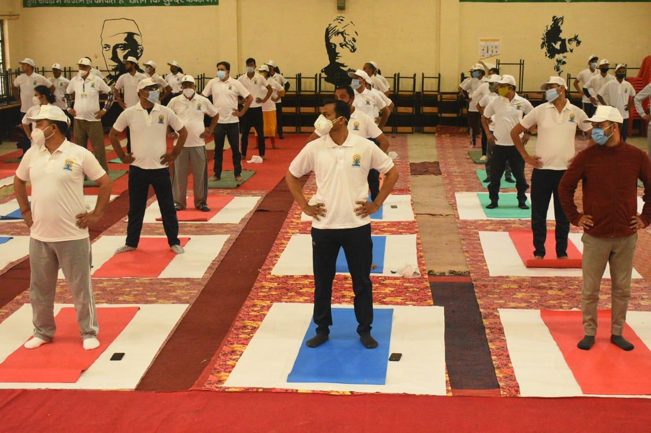 डीएम पौड़ी के नेतृत्व में अधिकारियों ने किया योगाभ्यास