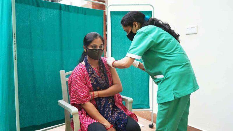 ग्राफिक एरा में कोविड वैक्सीनेशन का कैम्प