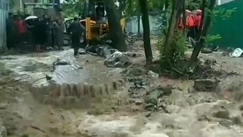 जम्मू-कश्मीर के गांदरबल में बादल फटने से आयी बाढ़