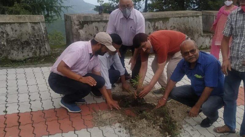 अमर शहीद श्रीदेव सुमन को पुष्पांजलि अर्पित कर एसआरटी परिसर में किया वृक्षारोपण