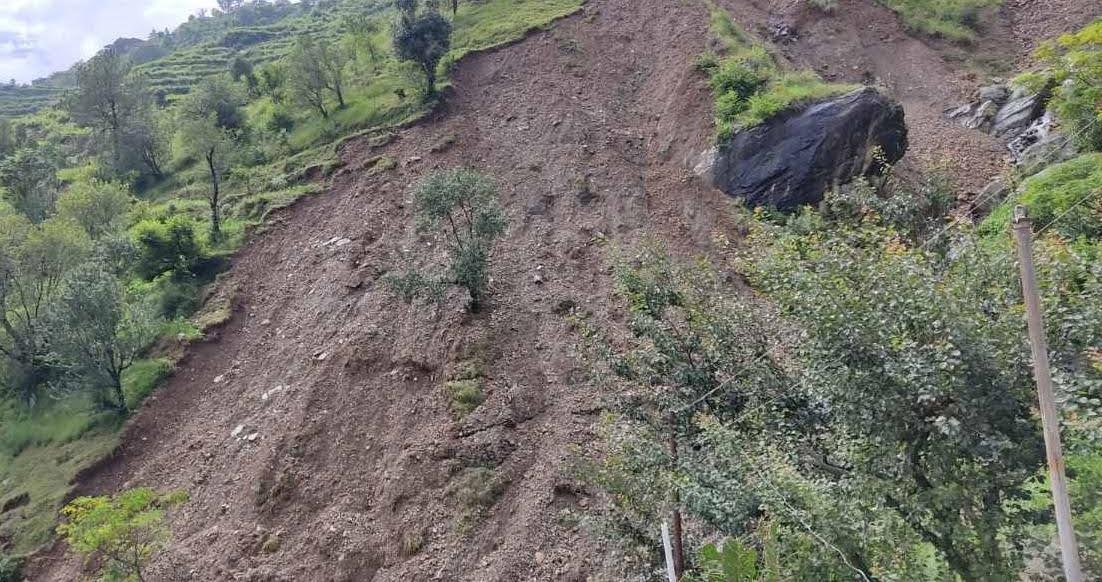 प्रताप नगर के बेथाण गांव में भूस्खलन व भू-धंसाव से दहशत में हैं ग्रामीण, दो परिवार खाली कर चुके हैं मकान