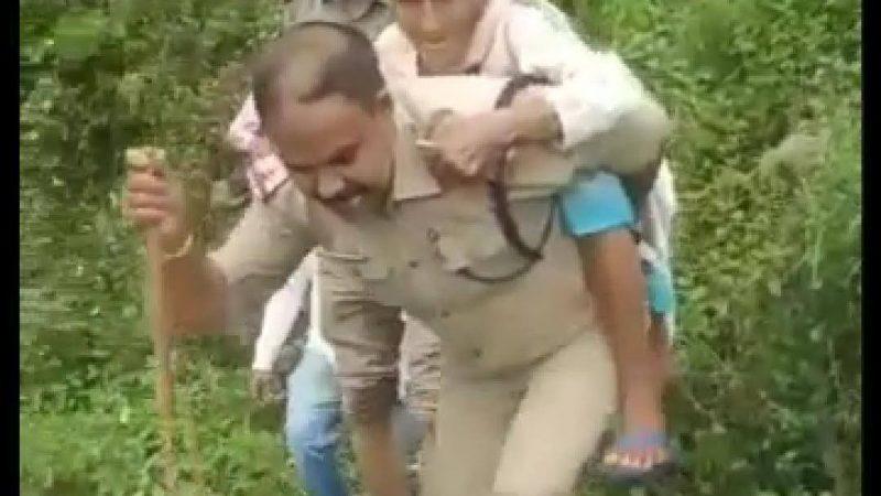 उफनते गदेरे में वृद्ध महिला के लिए मददगार बनी टिहरी पुलिस
