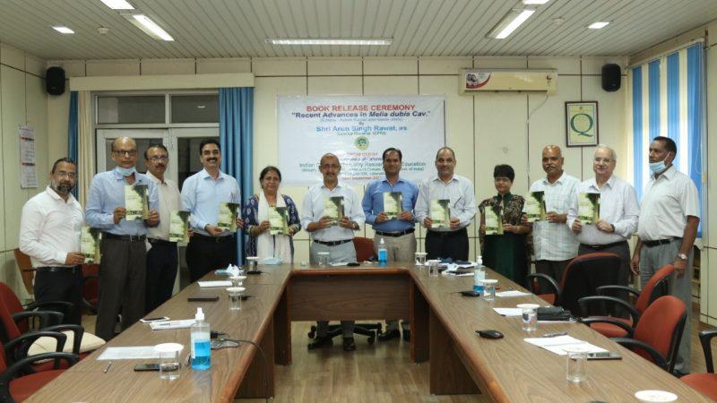 भारतीय वानिकी एवं शिक्षा परिषद के महानिदेशक अरुण सिंह रावत ने 'मेलिया डबिया में आधुनिक अनुसंधान' पुस्तक का किया विमोचन