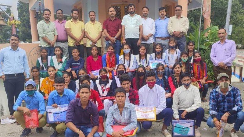 हाई स्कूल, इंटरमीडिएट के टॉपर छात्र-छात्राओं को प्रमुख प्रदीप रमोला ने किया सम्मानित