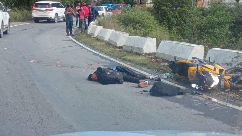 ट्रक के नीचे आने से बाइक सवार जवान की मौत, साथी घायल