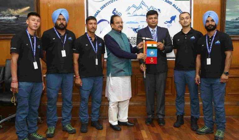 रक्षा राज्य मंत्री अजय भट्ट ने साहसिक खेल अभियान दल को हरी झंडी दिखाकर किया रवाना
